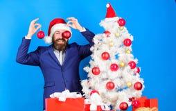 Праздники значили ради веселья Хипстер человека бородатый нести официальные костюм и шляпу santa Бизнесмен присоединяется к подго стоковая фотография