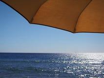 Праздники зонтика моря горизонта моря под навесом Стоковое Изображение RF