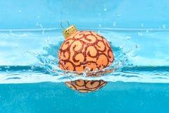 Праздники и концепция каникул Украшение или игрушка рождества для заплыва рождественской елки в бассейне Праздничное украшение дл стоковые фото