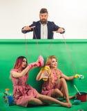 праздники и кукла засилье и зависимость Домохозяйка творческая идея Любовь Ретро девушки и мастер на партии Винтаж стоковое изображение