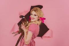 Праздники и куклы хеллоуина Сумасшедшая девушка на пинке halloween творческая идея Птичий грипп Смешная реклама Винтажная женщина стоковая фотография