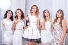 Праздники, ночная жизнь, партия bachelorette и концепция людей - усмехаясь женщины с стеклами шампанского стоковое изображение rf