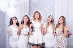 Праздники, ночная жизнь, партия bachelorette и концепция людей - усмехаясь женщины с стеклами шампанского стоковое фото rf