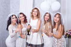 Праздники, ночная жизнь, партия bachelorette и концепция людей - усмехаясь женщины с стеклами шампанского стоковые фотографии rf