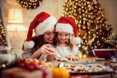 праздники рождества счастливые веселые Мать и дочь варя печенья рождества стоковое фото rf