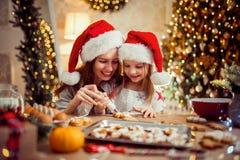 праздники рождества счастливые веселые Мать и дочь варя печенья рождества стоковые изображения rf