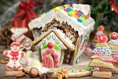 праздники gingerbread рождества застекляя расквартировывают подготовки кладя женщину валов Помадки праздника рождества Европейско стоковая фотография rf