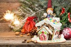 праздники gingerbread рождества застекляя расквартировывают подготовки кладя женщину валов Помадки праздника рождества Европейско стоковые изображения rf