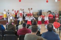 Праздник детей в детском саде Речь детей в детском саде в зале на этапе Стоковые Фото