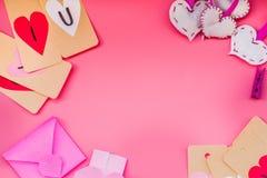 Праздник дня валентинки ручной работы украшения на день валентинки на розовой предпосылке я тебя люблю ярлыки, сердца и enve orig Стоковые Изображения RF