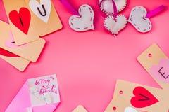 Праздник дня валентинки ручной работы украшения на день валентинки на розовой предпосылке я тебя люблю ярлыки, сердца и enve orig Стоковое Изображение RF