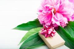 Праздник присутствующий бумаги ремесла для женщины с розовыми цветком и gr Стоковое Фото