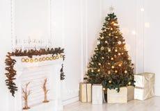Праздник украсил комнату с рождественской елкой и украшение, предпосылку с запачканный, искрящся, накаляя свет стоковая фотография rf