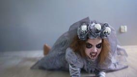 Праздник хеллоуина Мертвая невеста вползает через пол сразу к камере Девушка одетая как невеста Дракула серо видеоматериал