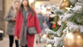 Праздничная атмосфера в торговом центре На переднем плане ель рождества Не в людях фокуса идти и купить подарки сток-видео