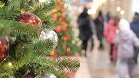 Праздничная атмосфера в торговом центре На переднем плане ель рождества Не в людях фокуса идти и купить подарки видеоматериал