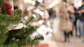 Праздничная атмосфера в торговом центре На переднем плане ель рождества Не в людях фокуса идти и купить подарки акции видеоматериалы