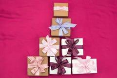 Праздничная пирамида декоративных коробок Стоковая Фотография