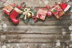 Праздничная предпосылка с подарками на рождество, аксессуарами a Santas Стоковые Изображения RF