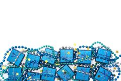 Праздничная рамка голубых сияющих подарочных коробок, голубых шариков и золотых звезд confetti изолированных на белизне Стоковые Фото