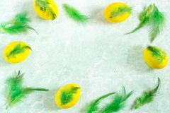 Праздничная рамка пасхи при красочные пасхальные яйца украшенные с fe Стоковые Изображения