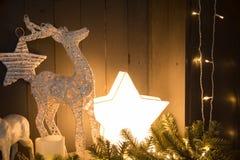 Праздничная ретро предпосылка с горящими звездой и оленем стоковые изображения