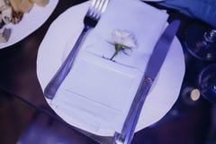 Праздничная сервировка стола свадьбы Украшение таблицы на день свадьбы стоковая фотография rf
