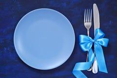 Праздничная сервировка стола с рождеством орнаментирует br рождественской елки Стоковые Изображения RF
