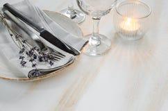Праздничная сервировка стола с свечами и лавандой Стоковая Фотография RF