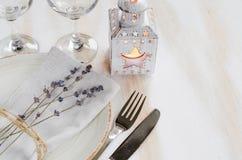 Праздничная сервировка стола с свечами и лавандой Стоковая Фотография