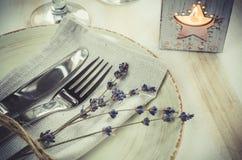 Праздничная сервировка стола с свечами и лавандой Стоковые Фото