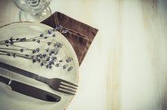 Праздничная сервировка стола с свечами и лавандой Стоковые Изображения