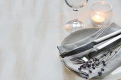 Праздничная сервировка стола с свечами и лавандой Стоковое Фото