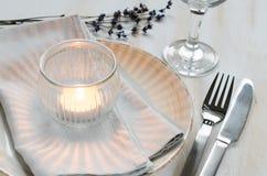 Праздничная сервировка стола с свечами и лавандой Стоковые Изображения RF