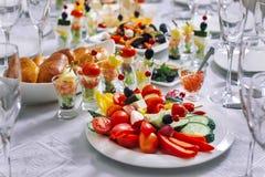 Праздничная таблица, на ей помещенное kanape, свертывает от aubergines и цукини Стоковые Фотографии RF
