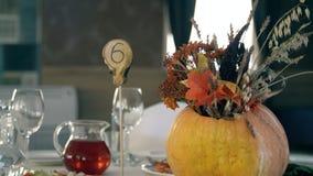 Праздничная таблица на крупном плане хеллоуина Таблица праздника хеллоуина с цветком и тыквами сток-видео