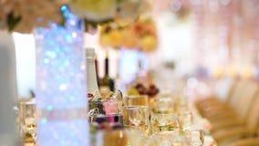 Праздничная таблица свадьбы с едой и напитками closeup видеоматериал
