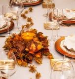 Праздничная таблица с освещенной свечой и славными украшениями стоковое изображение