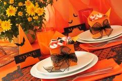 Праздничная таблица с подарками на Halloween Стоковое фото RF