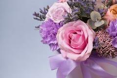 Праздничное знамя цветков - часть букета роз Роза-сирени и других цветков на предпосылке голубой предпосылки Стоковое фото RF