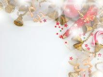 Праздничное золото и красный цвет украшения на белой предпосылке стоковые изображения