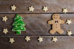 Праздничное печенье рождества и Новый Год в форме Gingerbrea Стоковые Фотографии RF