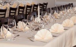 Праздничное служат расположение таблицы с стеклами и, который и столовый прибор Стоковое Изображение RF