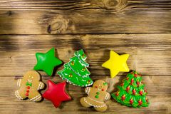 Праздничные вкусные печенья пряника рождества на деревянном столе top Стоковое Фото