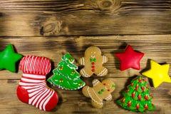 Праздничные вкусные печенья пряника рождества на деревянном столе top Стоковое фото RF