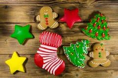 Праздничные вкусные печенья пряника рождества на деревянном столе top Стоковые Изображения