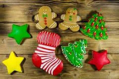 Праздничные вкусные печенья пряника рождества на деревянном столе top Стоковые Фотографии RF