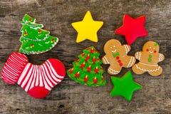 Праздничные вкусные печенья рождества на деревянном столе Взгляд сверху Стоковые Фотографии RF