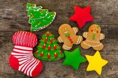 Праздничные вкусные печенья рождества на деревянном столе Взгляд сверху Стоковые Изображения