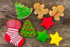 Праздничные вкусные печенья рождества на деревянном столе Взгляд сверху Стоковая Фотография